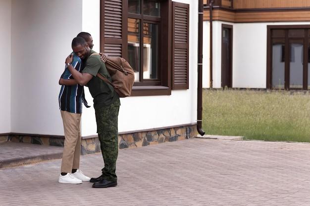 Jeune adulte rencontrant son père après une longue période