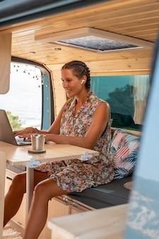 Jeune adulte utilisant un appareil numérique en voyage