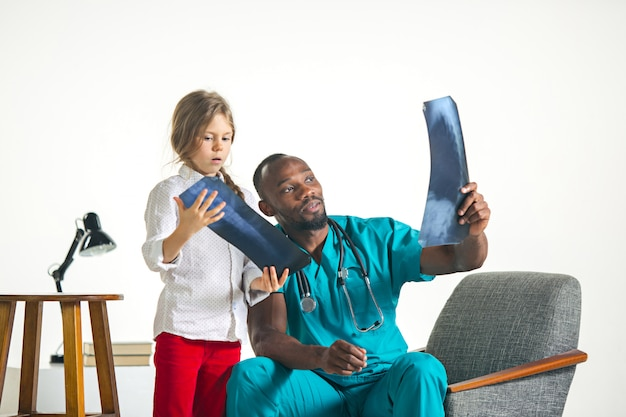 Jeune, africaine, mâle, pédiatre, expliquer, rayon x, enfant