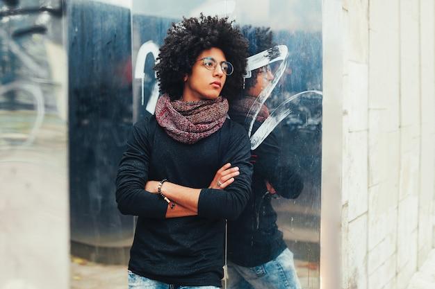 Jeune afro-américain jeune homme d'affaires ou étudiant portant un pull à col roulé noir