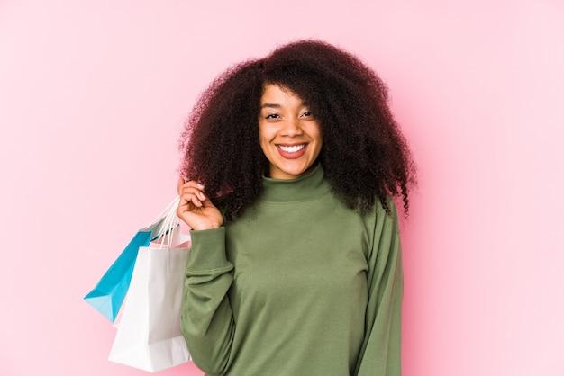 Jeune, afro, femme, achats, isolé jeune, afro, femme, achat, isolayoung, afro, femme, tenue, a, roses, isolé, heureux, sourire, et, gai.