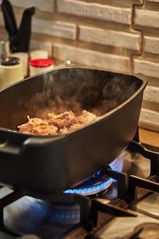 Le jeune agneau est frit à feu doux dans un chaudron. recette pas à pas.