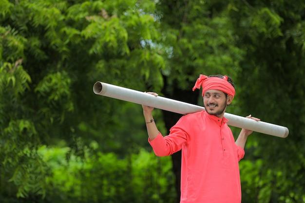 Jeune agriculteur indien en costume traditionnel