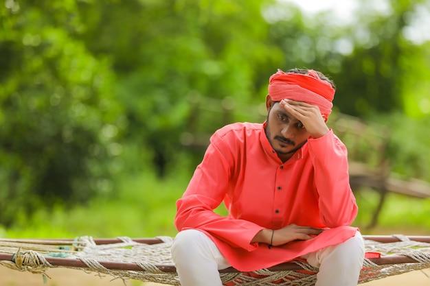 Jeune agriculteur indien déprimé