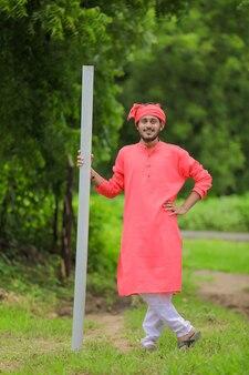 Jeune agriculteur indien tenant une pipe