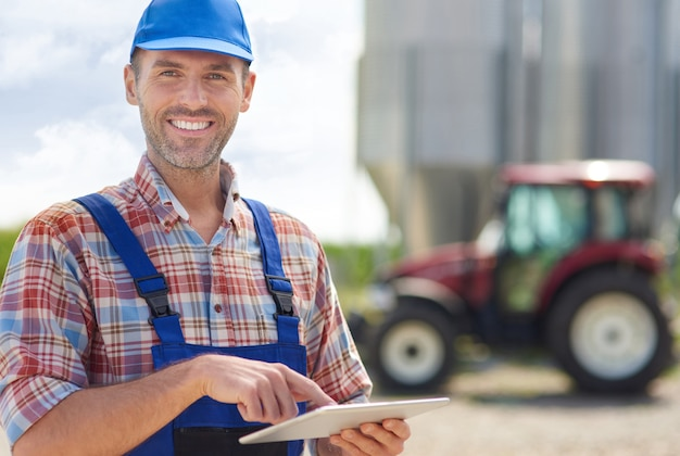 Jeune agriculteur s'occupant de son entreprise