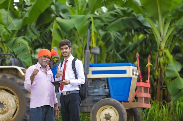 Jeune agronome et agriculteur montrant des coups après une discussion