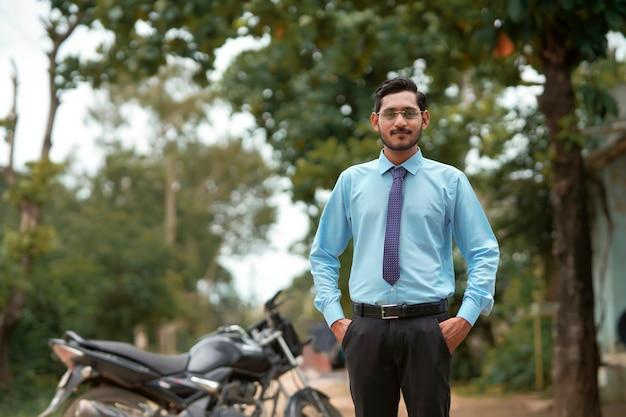 Jeune agronome indien donnant l'expression au-dessus du fond de nature