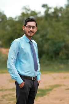 Jeune Agronome Indien Donnant L'expression Au-dessus Du Fond De Nature Photo Premium