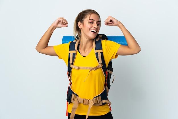 Jeune alpiniste femme avec un gros sac à dos isolé faisant un geste fort