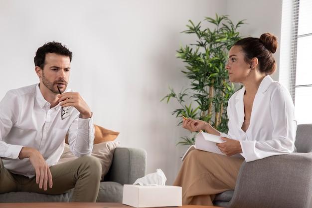 Jeune anxieux parlant à un spécialiste