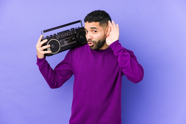 Jeune, arabe, homme, tenue, a, radio, cassette, isolé jeune, arabe, homme, écoute, musique, essayer, écoute, a, potins.