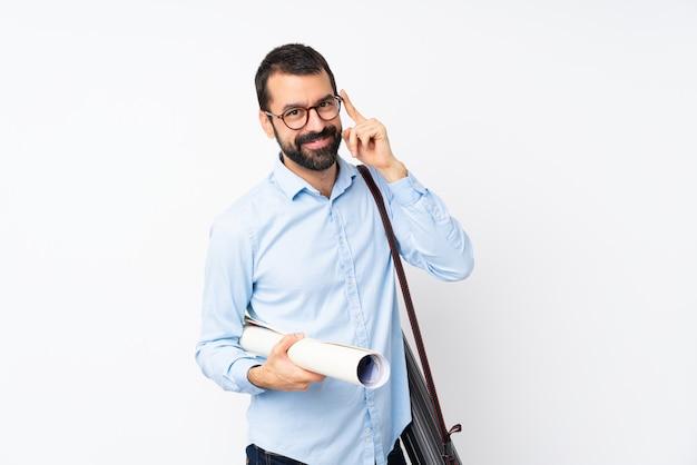 Jeune architecte homme à la barbe sur blanc isolé avec des lunettes et heureux