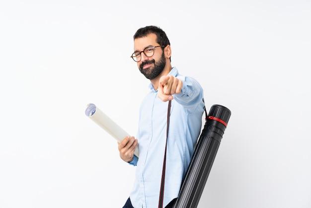 Jeune architecte homme à la barbe sur des points blancs isolés, doigt avec une expression confiante