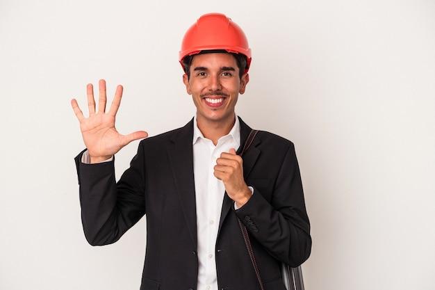 Jeune architecte homme de race mixte isolé sur fond blanc souriant joyeux montrant le numéro cinq avec les doigts.