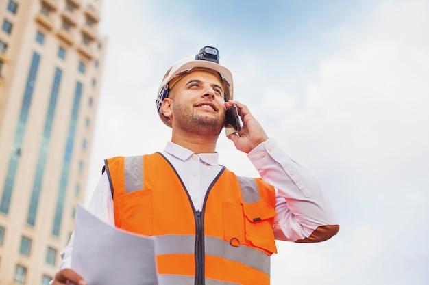 Jeune architecte indien parlant au téléphone
