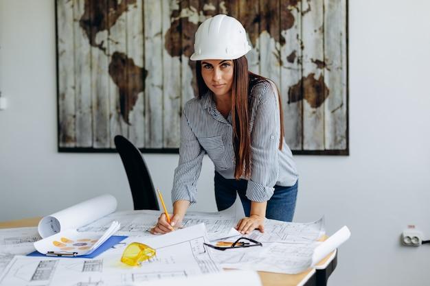 Jeune architecte travaillant dans le bureau sur un nouveau projet