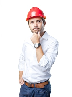 Jeune architecte travaillant sur fond blanc
