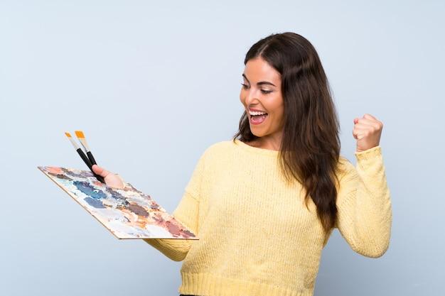 Jeune artiste femme bleue célébrant une victoire