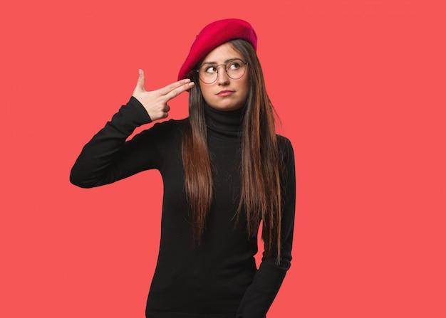 Jeune artiste femme faisant un geste de suicide