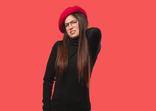 Jeune artiste femme souffrant de douleurs au cou