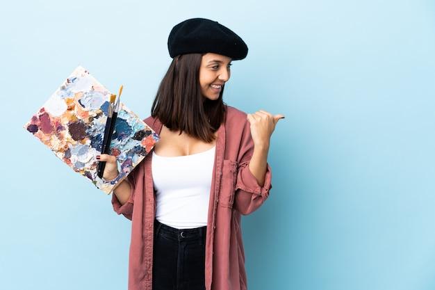 Jeune artiste femme tenant une palette