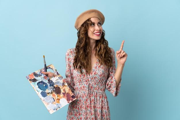 Jeune artiste fille tenant une palette