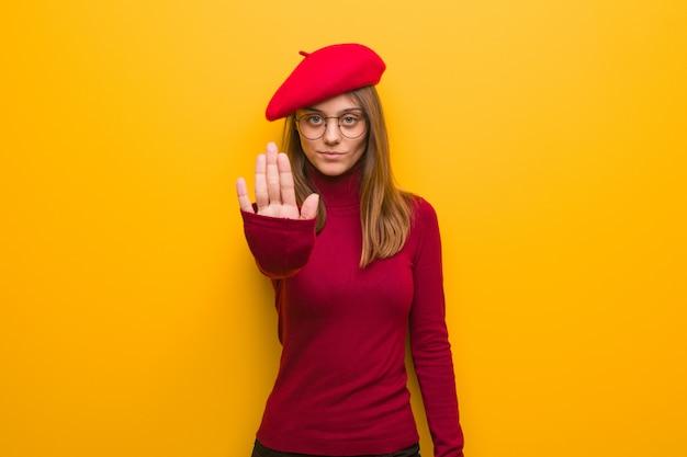 Jeune artiste française femme mettant la main devant