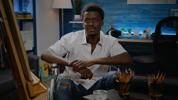 Jeune artiste noir handicapé utilisant des outils de dessin moderne