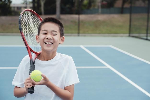 Jeune, asiatique, garçon, tennis, joueur, sur, court extérieur bleu