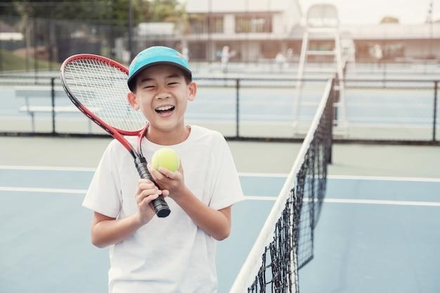 Jeune, asiatique, garçon, tennis, joueur, extérieur, court bleu