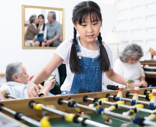 Jeune, asiatique, girl, jouer, football, table