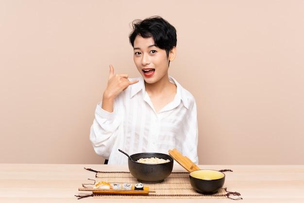 Jeune, asiatique, girl, table, bol, nouilles, sushi, confection, téléphone, geste