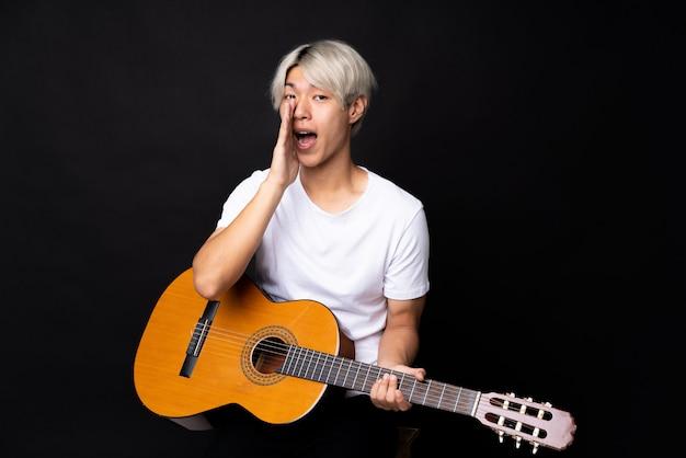 Jeune, asiatique, guitare, noir, criant, bouche grande ouverte