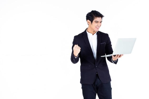 Jeune, asiatique, homme affaires, tenue, fonctionnement, ordinateur portable, ordinateur, isolé, blanc