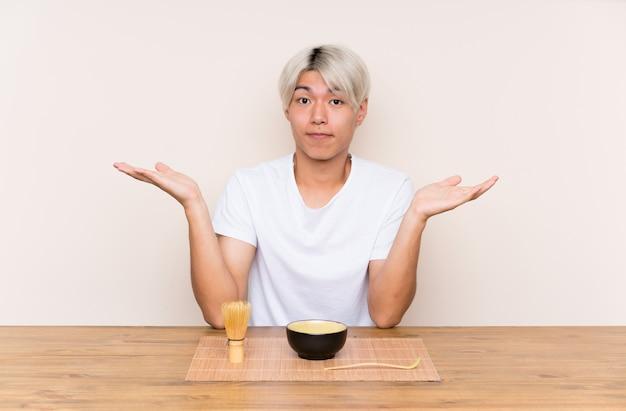 Jeune, asiatique, thé, matcha, table, douter, confondre, expression visage