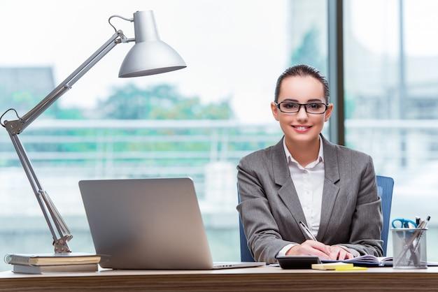 Jeune assistante au bureau