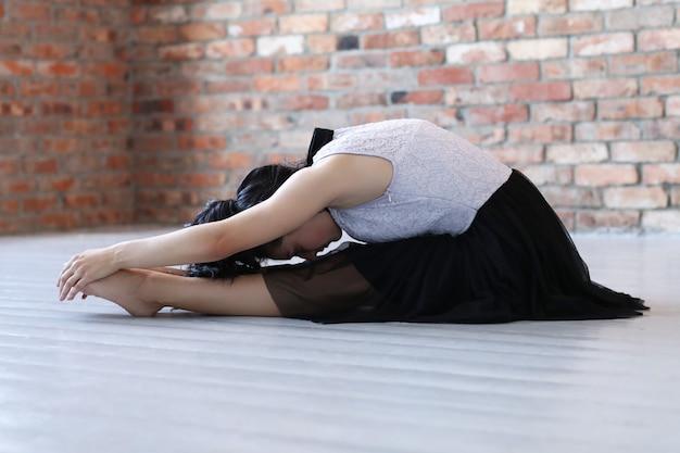 Jeune athlète féminine faisant de la gymnastique