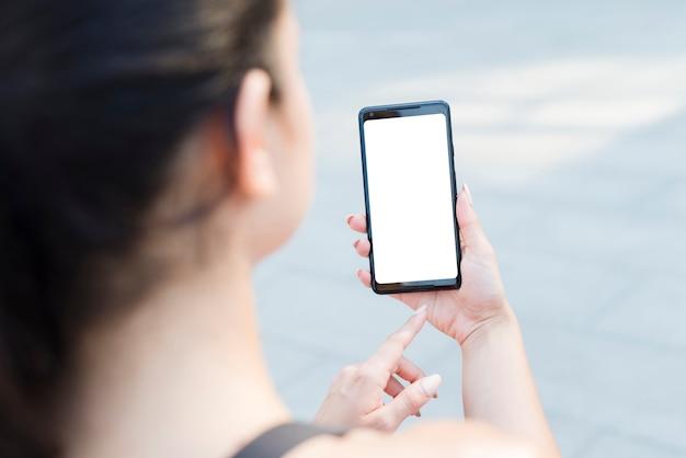 Jeune athlète femme avec un smartphone