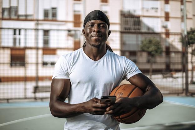 Jeune athlète masculin posant un style sain de survêtement d'été