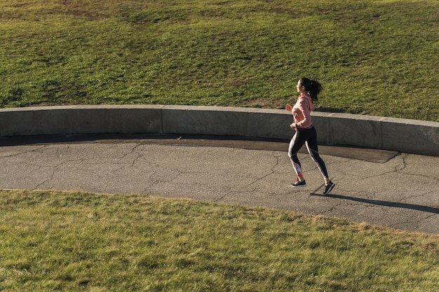 Jeune athlète qui court dans le parc