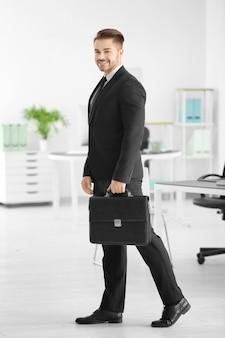 Jeune avocat attirant au bureau