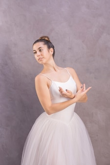 Jeune ballerine au coup moyen