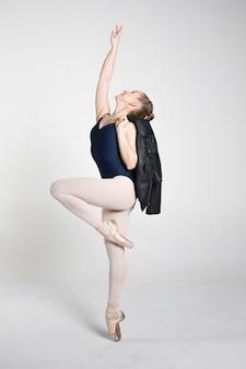 Jeune ballerine pratiquant des mouvements de ballet
