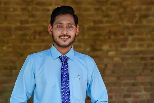 Jeune banquier indien en uniforme et expression