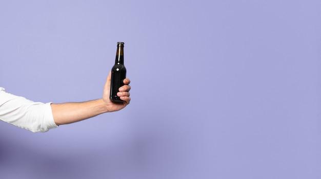 Jeune barbu fou avec une bière