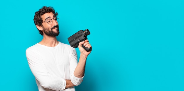 Jeune barbu fou avec une caméra super 8