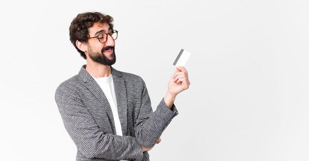 Jeune barbu fou avec une carte de crédit