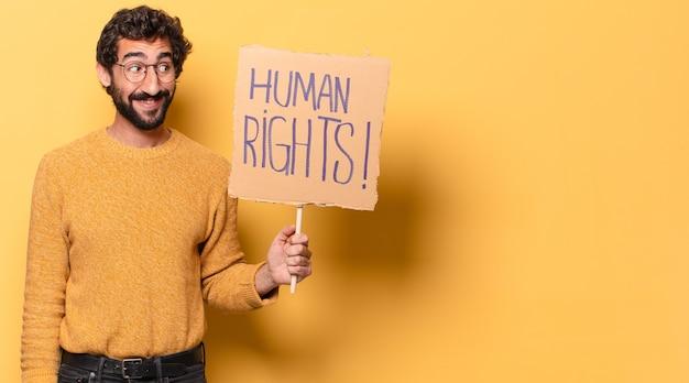 Jeune barbu fou avec un carton des droits de l'homme