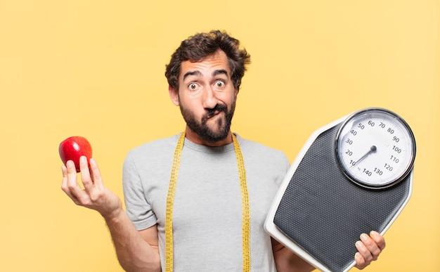 Jeune barbu fou suivant un régime doutant ou d'expression incertaine et tenant une balance et une pomme